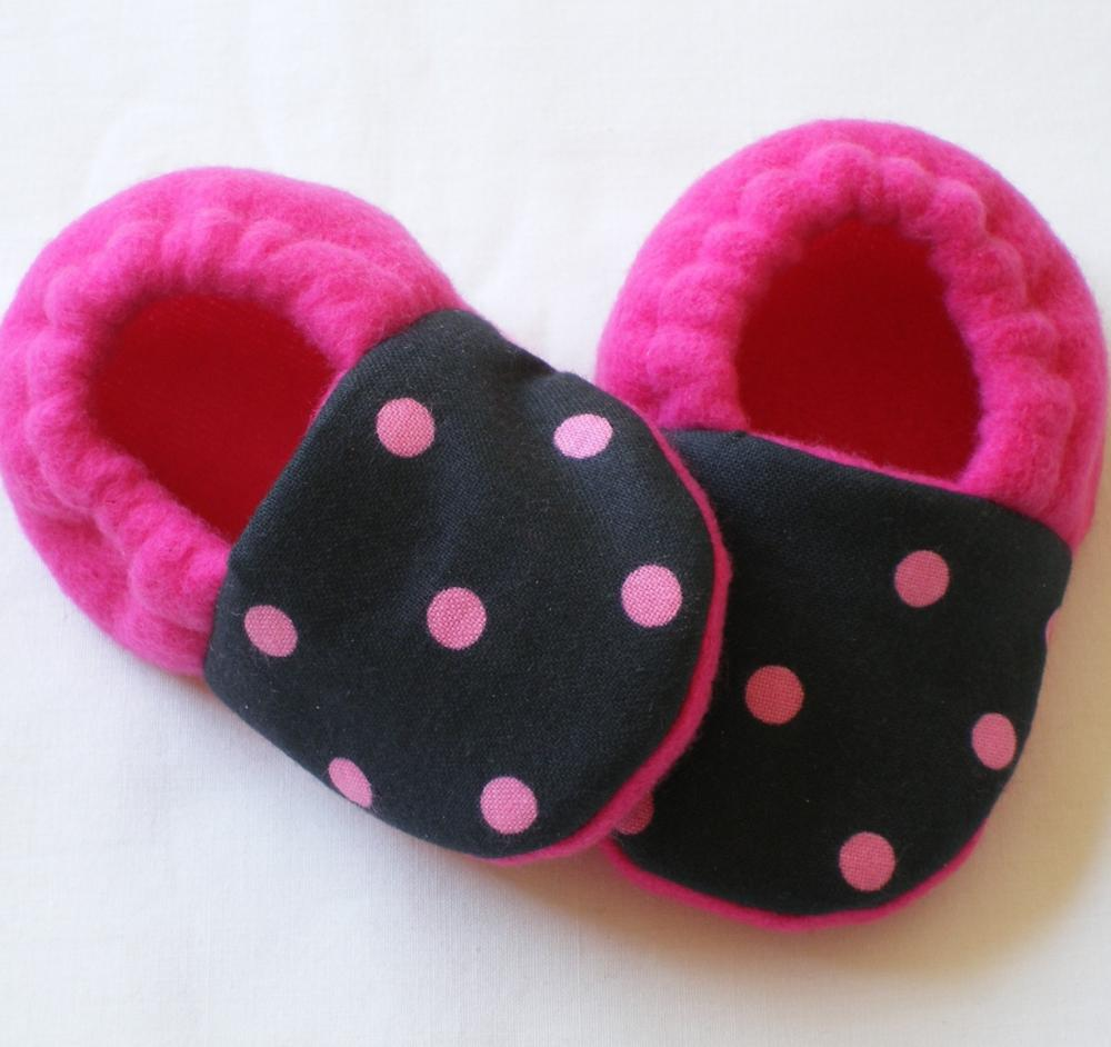 e32fe299f6977 Black With Pink Dots Fleece Baby Booties